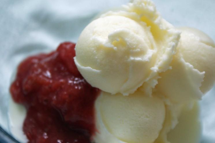 Sour Cream Ice Cream avec fraise-rhubarbe Compote