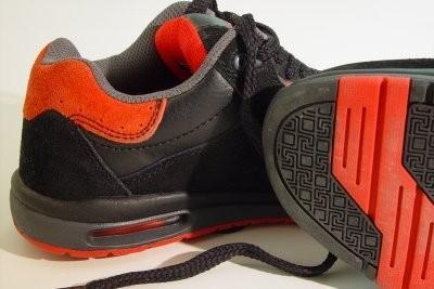 La semelle de la chaussure de couleur - il vous faut payer