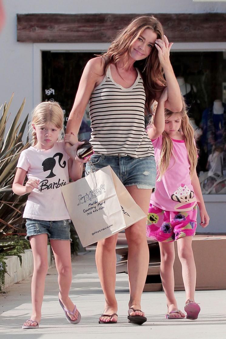 Denise Richards Shops avec les filles et les cuirs New Baby à partir de caméras (Photos)