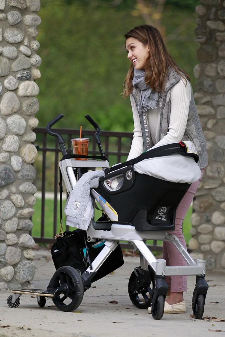 Adorable!  Jessica Alba Hits the Playground avec honneur et Haven (Photos)