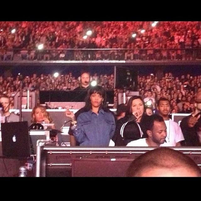 Qui est Drake Dating?  Rapper Covers Rihanna Song 'Stay' à 'Rien était le même' Tour, Instagram Capture Fun européenne [VIDEO]