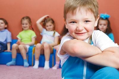 cours de gymnastique à l'école maternelle - ces jeux sont amusants