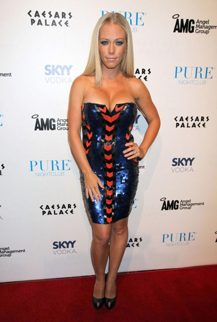 Birthday Girl Kendra Wilkinson Bustes Out à Las Vegas!  (Photos)