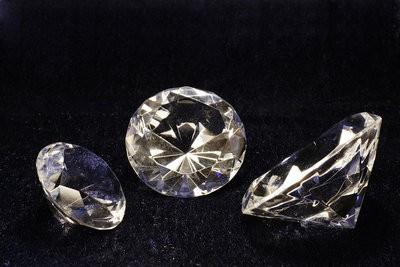 Différence de diamant, le verre et le zirconium
