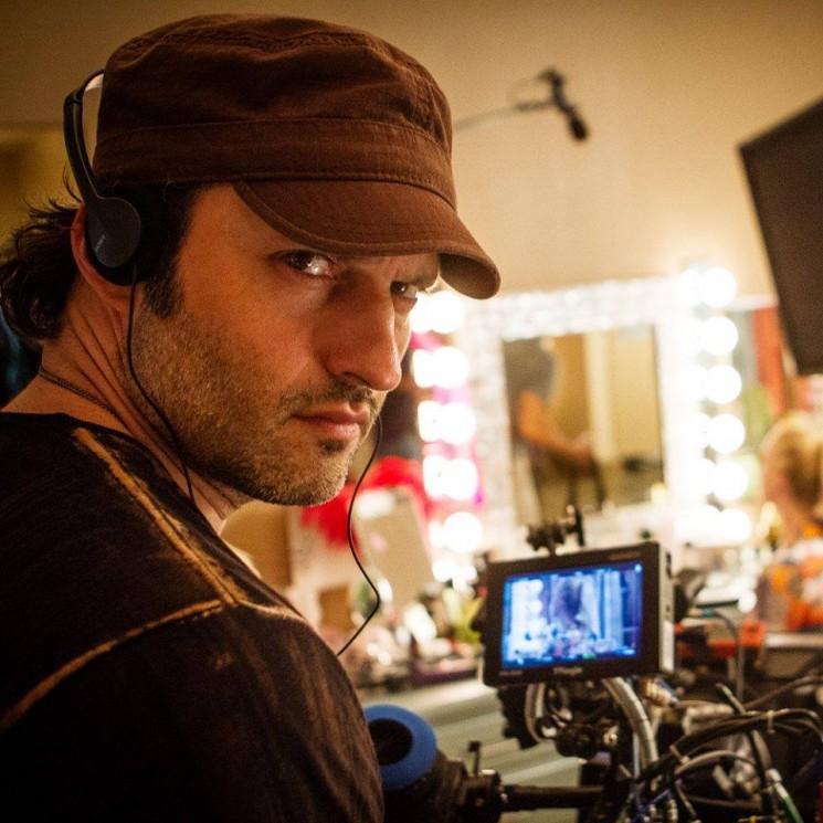 """De Robert Rodriguez 'El Rey Réseau Presents: chaise de réalisateur """"terres sur iTunes"""